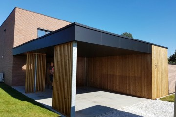 Bekleden van carport met thermowood en rockpanel